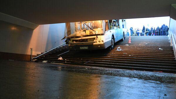 L'autobus finito in un sottopassaggio in centro a Mosca - Sputnik Italia
