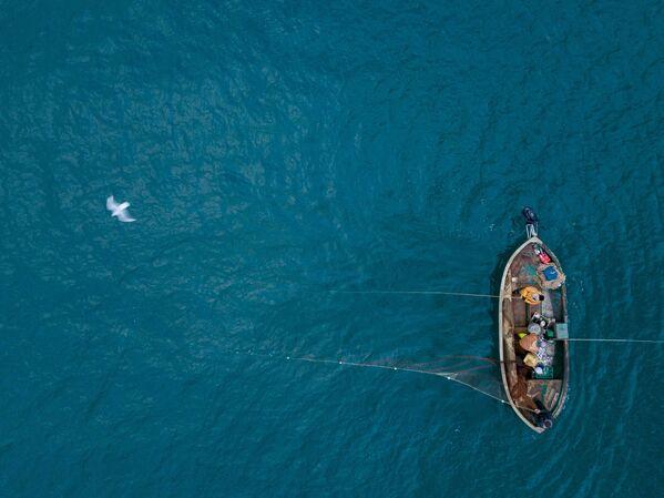 I pescatori visti durante la pesca nel Mar Nero a Sebastopoli. - Sputnik Italia