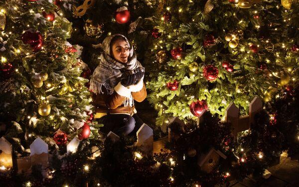 Una ragazza fa un giro per il centro di Mosca decorato per il Capodanno. - Sputnik Italia