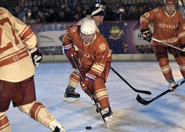 Il presidente russo Vladimir Putin visto durante una partita della Lega di Hockey notturna. - Sputnik Italia