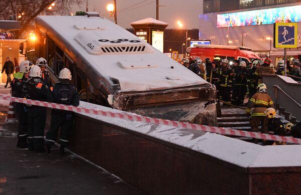 I collaboratori del Ministero delle Emergenze russo evacuano l'autobus che si è schiantato al sottopassaggio a Mosca. - Sputnik Italia