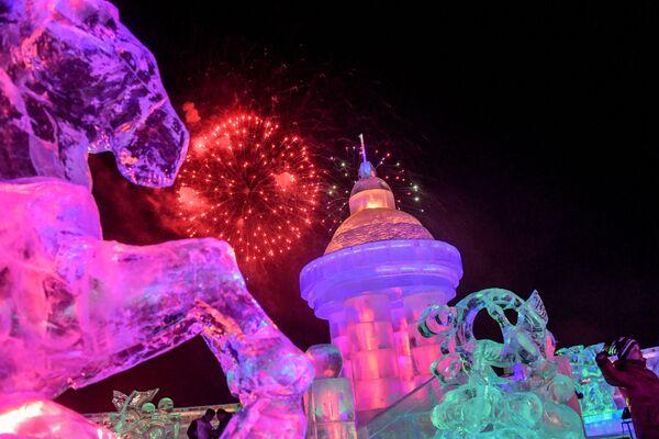 Una visitatrice del festival internazionale di ghiaccio e neve in Manciuria. - Sputnik Italia