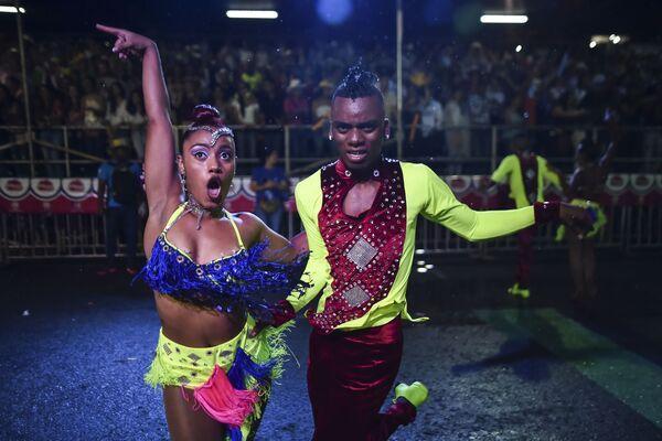 I danzatori colombiani visti durante una parata nella città di Cali. - Sputnik Italia