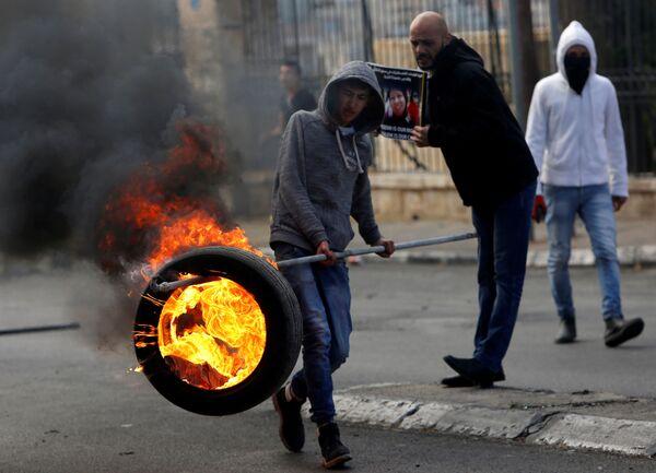 Un palestinese visto durante gli scontri con i militari israeliani a Betlemme. - Sputnik Italia