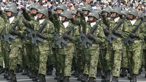 Troops of Japan Grand Self-Defense Force (JGSDF) 1st Airborne Brigade march during an inspection parade for the JGSDF Eastern Army 44th anniversary celebration at Asaka training field, suburban Tokyo. - Sputnik Italia