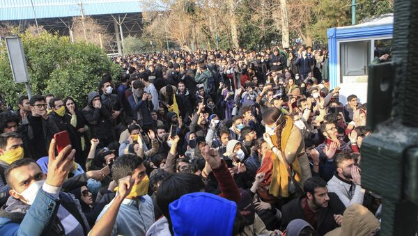 In this photo taken by an individual not employed by the Associated Press and obtained by the AP outside Iran, university students attend a protest inside Tehran University while anti-riot Iranian police prevent them to join other protestors, in Tehran, Iran, Saturday, Dec. 30, 2017 - Sputnik Italia