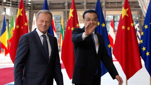 Il presidente del Consiglio Europeo Donald Tusk e il premier cinese Li Keqiang arrivano al Summit UE-Cina a Bruxelles, Belgio, il 2 giugno 2017. - Sputnik Italia