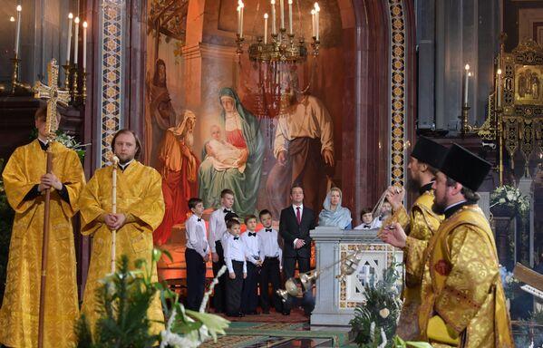 Dmitry Medvedev e sua moglie Svetlana hanno assistito alla Messa di Natale nella Cattedrale di Cristo Salvatore. - Sputnik Italia
