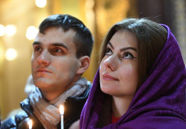 I fedeli nella Cattedrale di Cristo Salvatore a Mosca prima della Messa di Natale. - Sputnik Italia