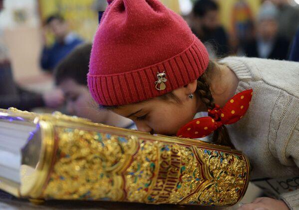 Una bambina durante la Messa di Natale nella Chiesa di San Michele Arcangelo a Groznyj. - Sputnik Italia