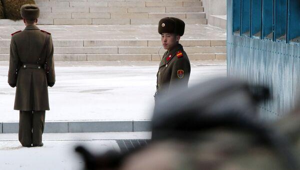 Северокорейские солдаты в демилитаризованной зоне во время переговоров между Южной Кореей и КНДР - Sputnik Italia