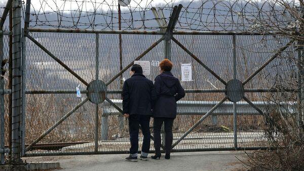 Пара около забора вокруг демилитаризованной зоны между Южной и Северной Кореей - Sputnik Italia