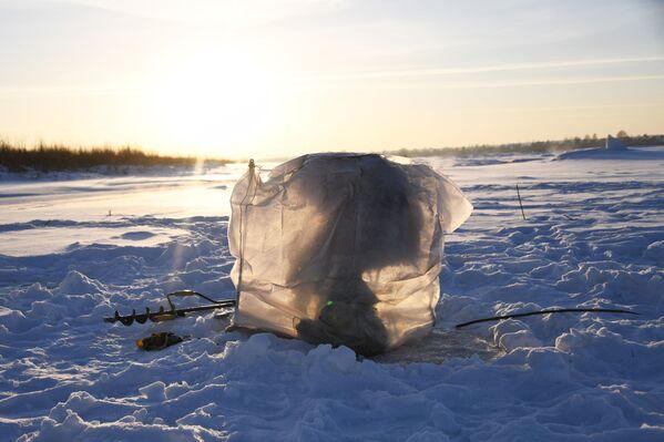 Pesca sotto il ghiaccio sul fiume Tom' - Sputnik Italia