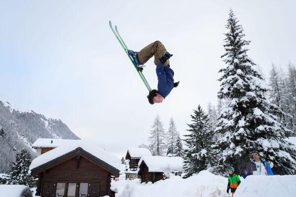 Un ragazzo fa un salto con gli sci nelle Alpe di Svizzera. - Sputnik Italia