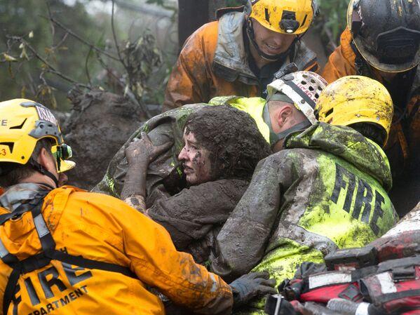 I soccorritori salvano una donna da sotto la sua casa destrutta a causa di una frana a Montecito, California, USA. - Sputnik Italia