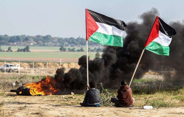 Manifestanti palestinesi con le bandiere nazionali alla frontiera tra l'Israele e Gaza. - Sputnik Italia