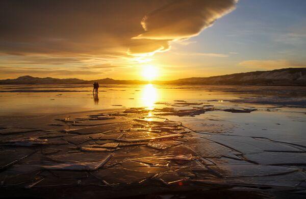 La gente a spasso per il ghiaccio del lago Baikal. - Sputnik Italia