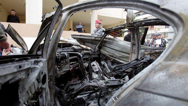Lebanese policemen are seen next to a damaged car in Sidon, southern Lebanon, January 14, 2018. - Sputnik Italia