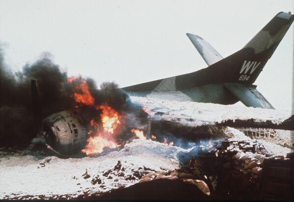 Американский самолет горит на взлётно-посадочной полосе базы в Кесане, Вьетнам. 1967 год - Sputnik Italia