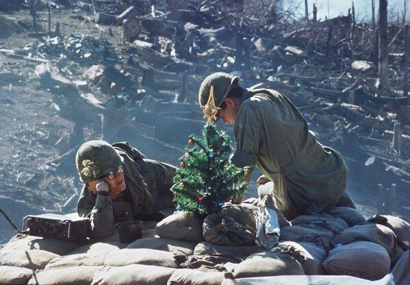 Американские солдаты встречают Рождество в 1967 году на высоте 875 под Дакто, Вьетнам - Sputnik Italia