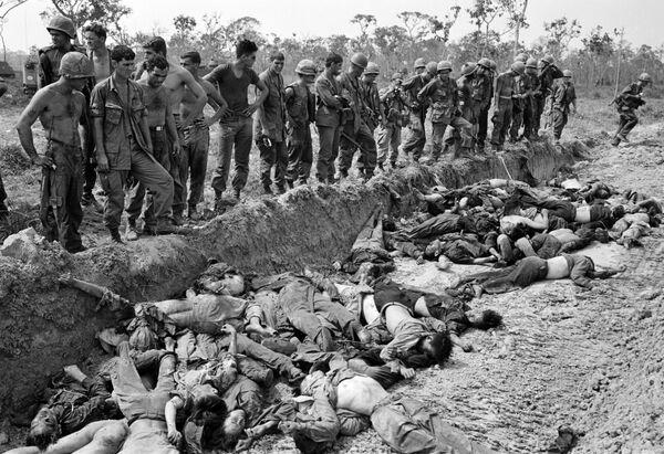 Американские солдаты перед массовой могилой противника. Война во Вьетнаме, 1967 год - Sputnik Italia