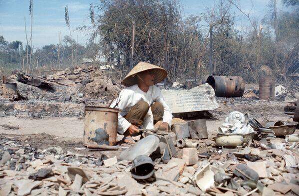 Вьетнамец в деревне Трам Вэнг, разрушенной в результате бомбардировок 27 января 1973, в день окончания войны во Вьетнаме - Sputnik Italia