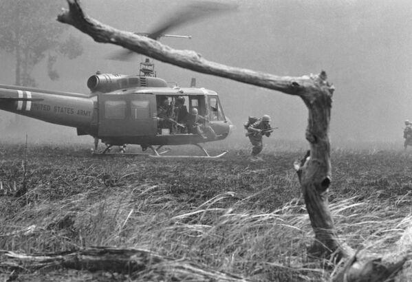 Морпехи США в районе боевых действий. Война во Вьетнаме, 1967 год - Sputnik Italia