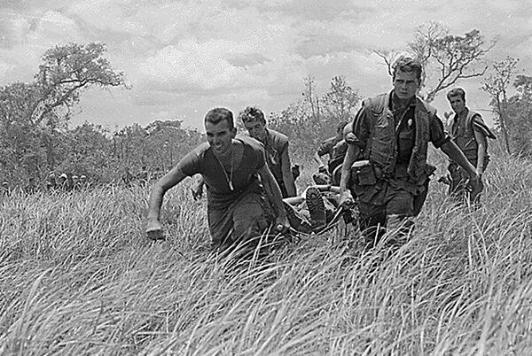 Морские пехотинцы США с раненым. Война во Вьетнаме, 1967 год - Sputnik Italia