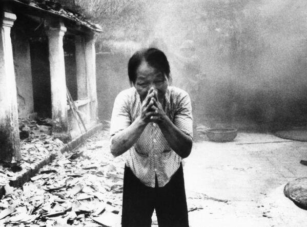 Вьетнамская женщина умоляет американских солдат сохранить ее дом в маленькой деревне близ Сайгона. 1967 год - Sputnik Italia