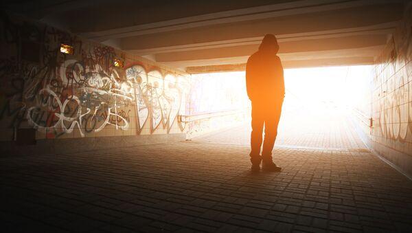 Одинокая мужская фигура в подземном переходе - Sputnik Italia