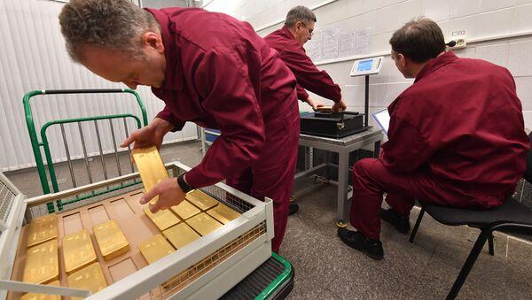 Gli incaricati di pesare i lingotti d'oro conservati nelle riserve della Banca Centrale Russa - Sputnik Italia