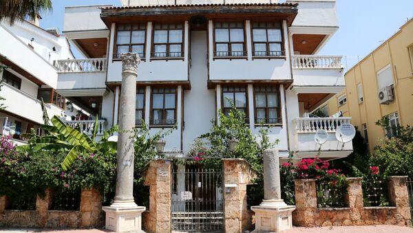 Antalya'da apartman önüne dikilen Roma sütunları - Sputnik Italia