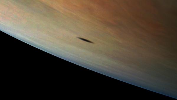 Тень Амальтеи, одной из спутниц Юпитера, на поверхности планеты-гиганта - Sputnik Italia