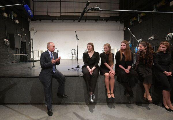 Il presidente russo Vladimir Putin parla a giovani attori. - Sputnik Italia