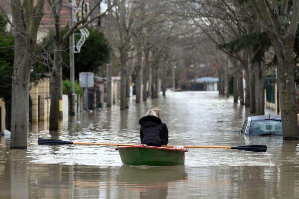 Abitanti locali attraversano con una barca una via inondata di Parigi. - Sputnik Italia