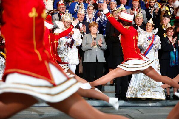 La cancelliera tedesca Angela Merkel durante l'accoglienza delle delegazioni delle società di carnevale a Berlino, Germania. - Sputnik Italia