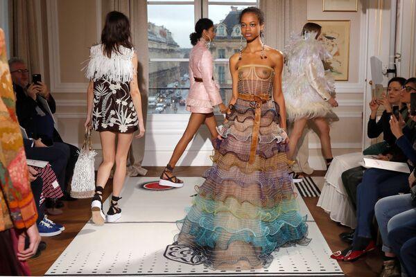 Una sfilata di Bertrand Guyon alla Haute Couture fashion week a Parigi. - Sputnik Italia