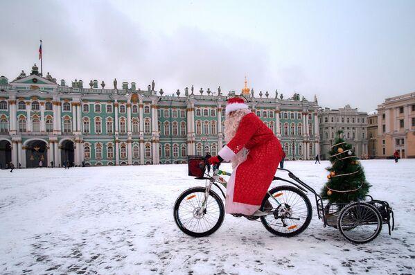Un partecipante alla parata dei Babbi Natale in bicicletta a San Pietroburgo. - Sputnik Italia