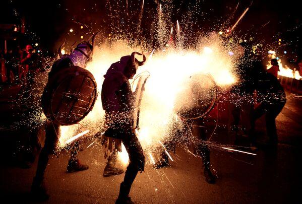 Partecipanti alla marcia tradizionale di fuoco Correfocs vestiti da diavoli nella città spagnola di Palma de Mallorca. - Sputnik Italia
