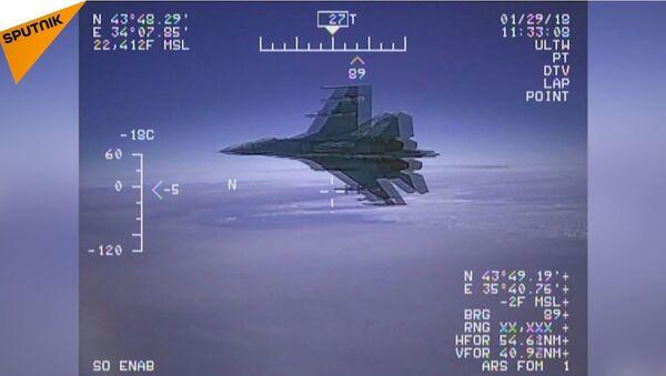 L'intercettazione dell'aereo americano EP-3 Aries da parte del jet Su-27 russo - Sputnik Italia