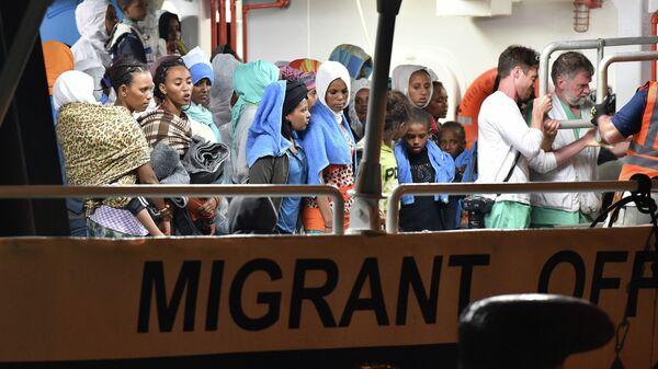 La scelta di accogliere a prescindere è quella che rende l'Italia porta per l'immigrazione selvaggia verso l'Europa. - Sputnik Italia