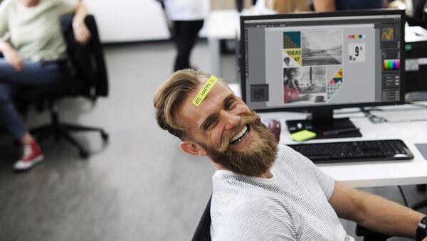 Happy office worker - Sputnik Italia