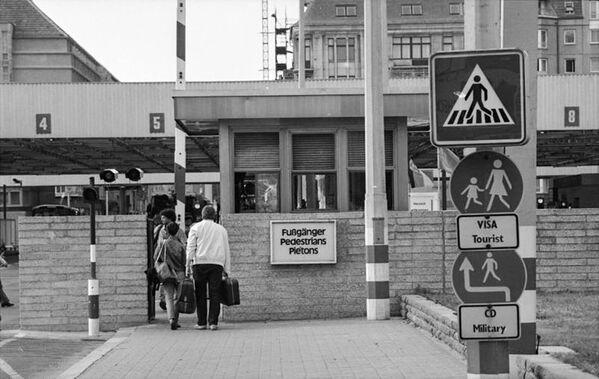 Il Checkpoint Charlie alla frontiera tra Berlino Est e Ovest. - Sputnik Italia