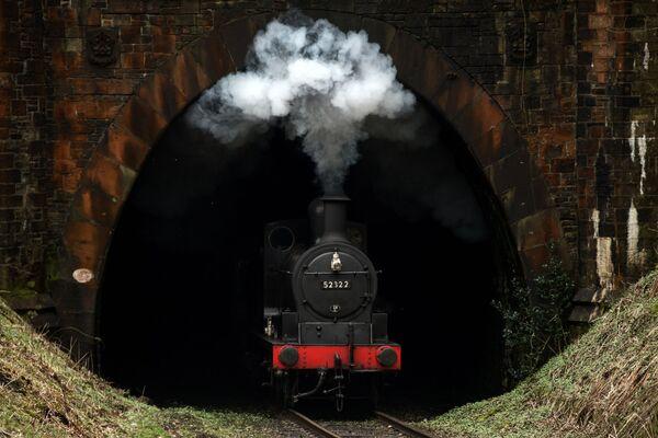 Un treno a vapore arriva alla stazione Summerseat, nord dell'Inghilterra. - Sputnik Italia