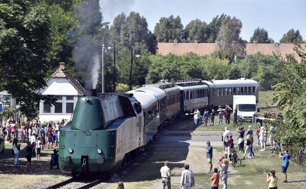 Una locomotiva a vapore arriva a Szolnok, Ungheria. - Sputnik Italia