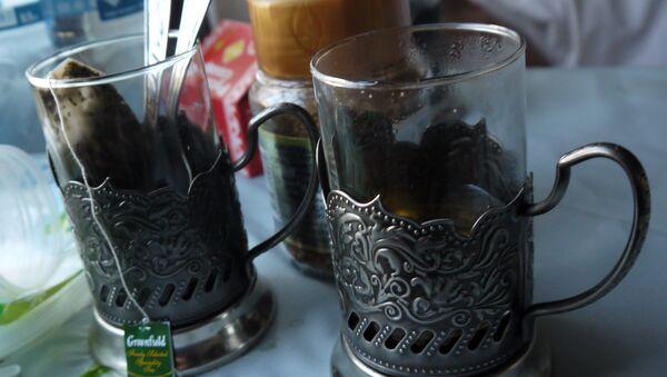 Bicchieri di tè nei portabicchieri metallici, oppure podstakannik, elemento tipico dei treni russi - Sputnik Italia
