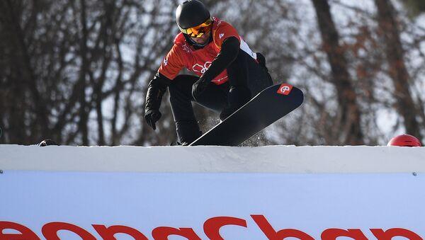 Российский спортсмен Николай Олюнин в 1/8 финала соревнований по сноуборду среди мужчин в дисциплине сноуборд-кросс на XXIII зимних Олимпийских играх в Пхенчхане - Sputnik Italia