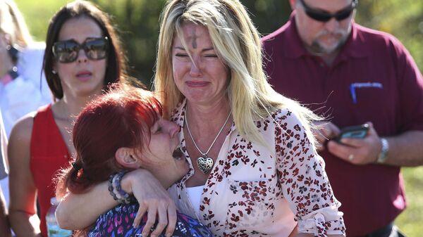 Родители ждут новостей после стрельбы в школе Marjory Stoneman Douglas High School в штате Флорида, США - Sputnik Italia