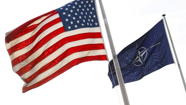NATO and U.S. flags fly at the entrance of the Alliance's headquarters during a NATO foreign ministers meeting in Brussels, Belgium March 31, 2017 - Sputnik Italia