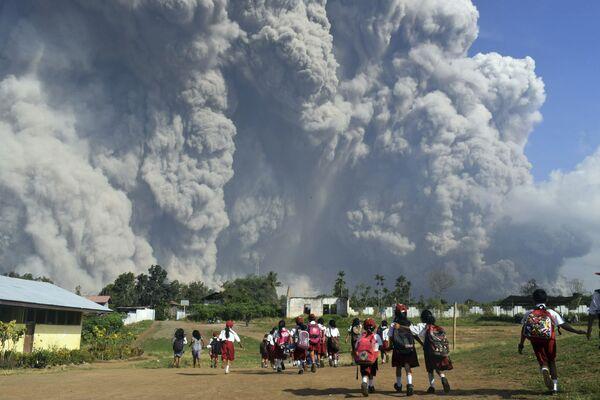L'eruzione del vulcano Sinabung in Indonesia. - Sputnik Italia